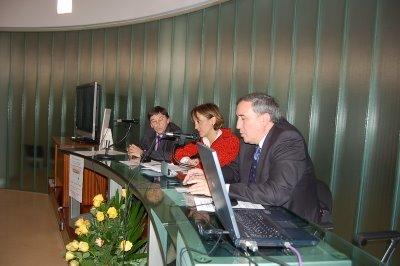 Carlos Castaño -organizador del evento-, Eva Ferreira -vicerrectora de la UPV-EHU, y quien suscribe