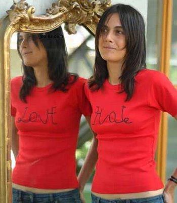 El reflejo en el espejo cambia el texto de la camiseta: De HATE a LOVE, de ODIAR a AMAR...